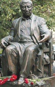 памятник советскому поэту Расулу Гамзатову