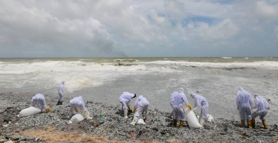 В Шри-Ланке опасаются экологической катастрофы после пожара на контейнеровозе